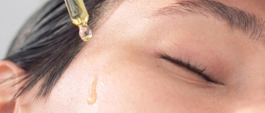 Pleťové oleje s pipetkou. Jednoduchá aplikace oleje na tvář.