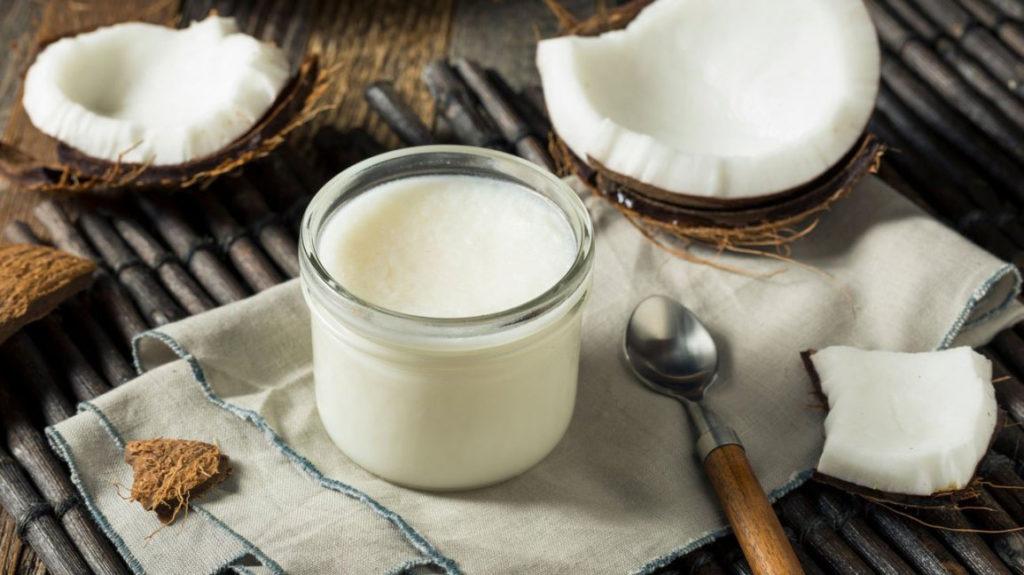 Kokosový olej je vhodný do zdravé kuchyně, ale i na podrážděnou pokožku či suché vlasy.
