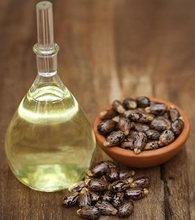 Ricinový olej ve sklenici. Je vhodný na Jizvy, strie a drobné ranky
