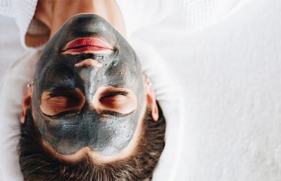 Černá maska na obličeji s aklivním uhlím