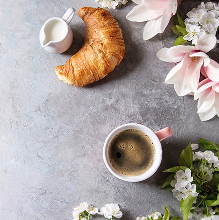 PŘÍPRAVA ČAJE ČI KÁVY s květovou vodou, růžový hrníček, loupák a ranní káva