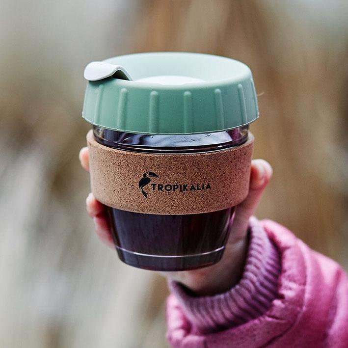 Tropikalia tropicup. Vlastní skleněný hrnek na kávu. Dělej si svoji oblíbenou kávu s sebou na cesty.